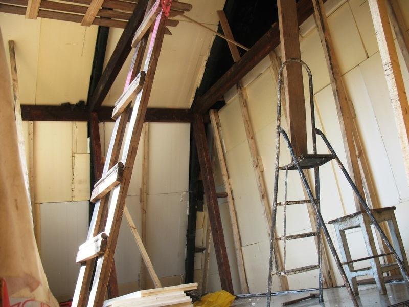 Как построить крышу дома своими руками: стремянка