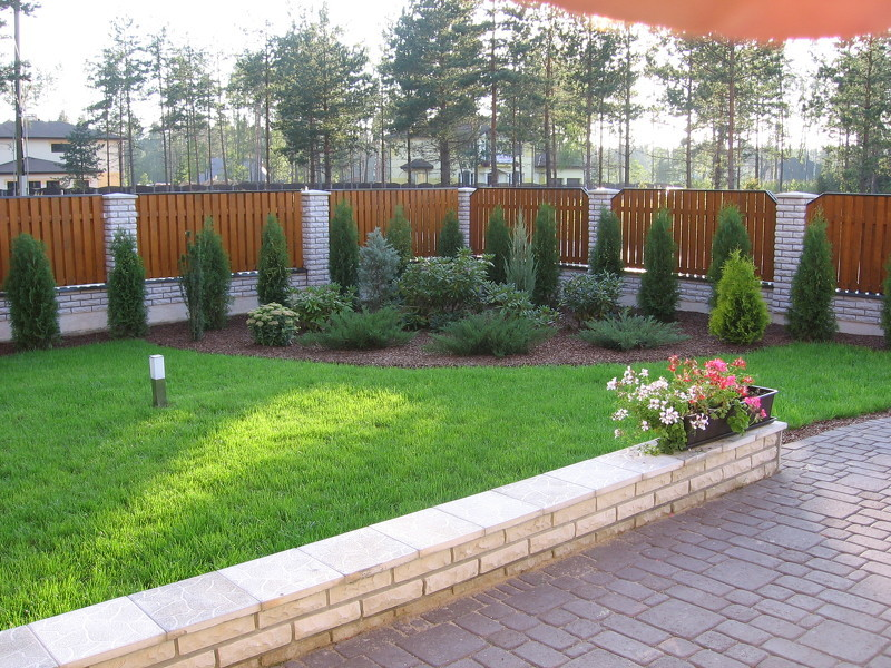 Ландшафтный дизайн загородного дома с хвойниками 295