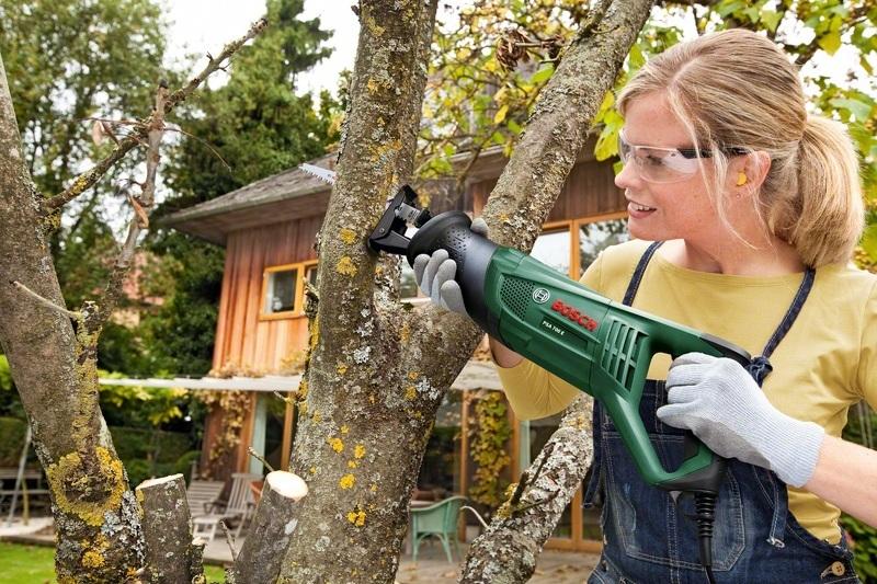 Специальная ножовка для обрезки деревьев
