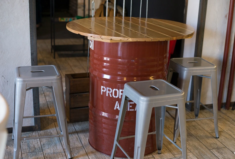 Барный стол с деревянной столешницей