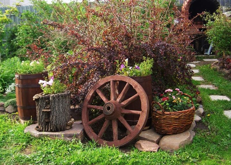 Цветники в бочках и старых пнях и корзинках - идеальные элементы декора