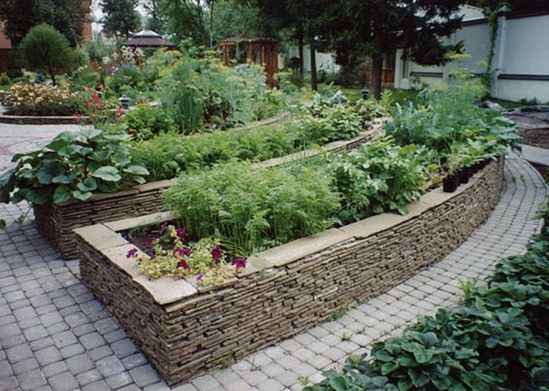 Красивый огород с оградой из плитки
