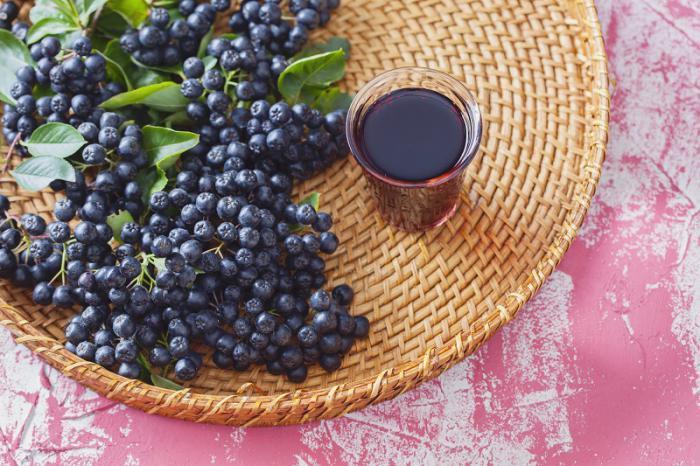 Наливка из черной рябины с вишневыми листьями