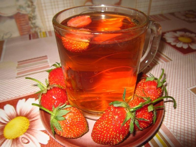 Чай из ягод и листьев земляники очень полезен