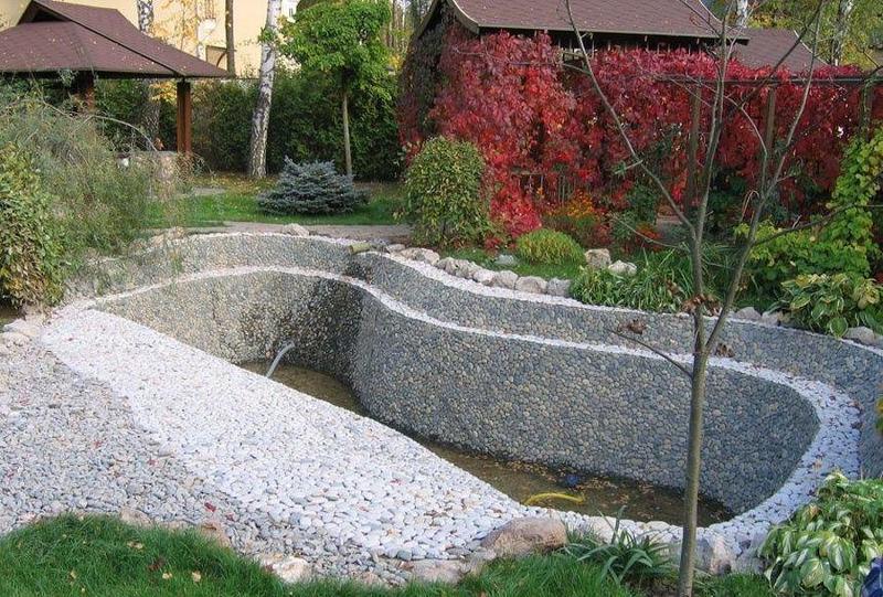 Емкость для садового пруда из гальки и бетона