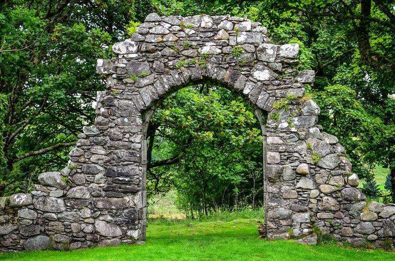 Каменная арка в саду