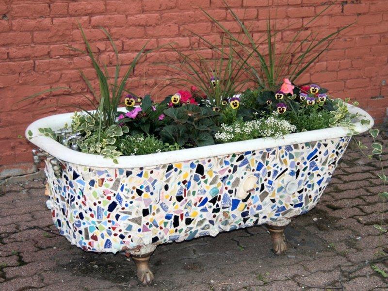 Клумба из старой ванны может стать настоящим произведением искусства