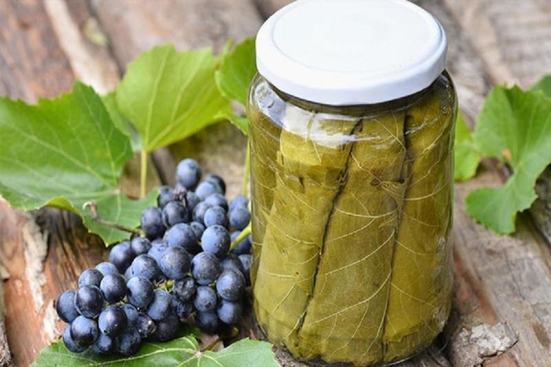 Маринованные листья винограда вкуснее, так как пропитываются специями