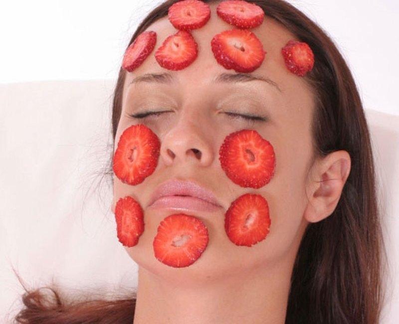 Омолаживающая маска для лица из свежей клубники