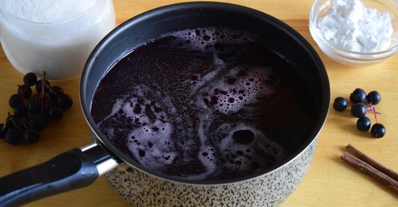 Водка в наливку из черной рябины добавляется в конце приготовления