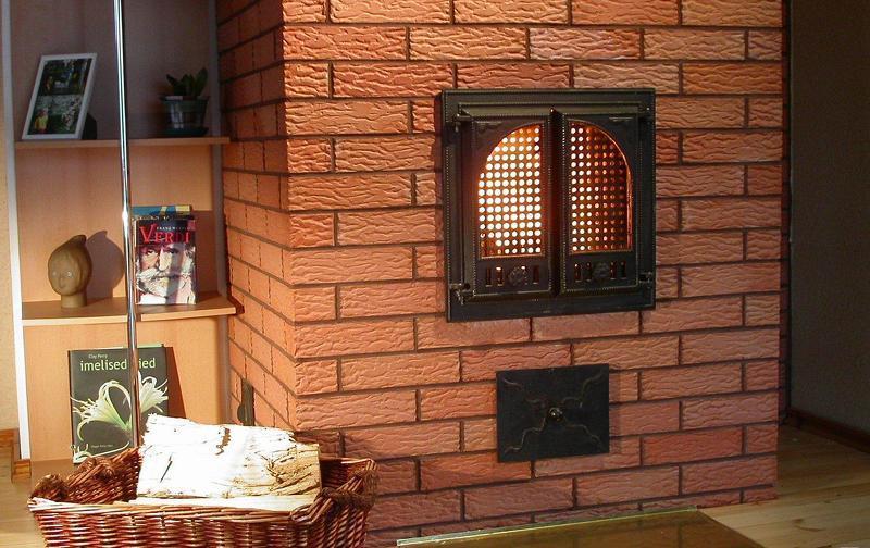 Печь-камин в деревенском стиле