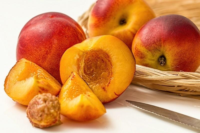 Нектарины сочнее обычных персиков, но содержат меньше клетчатки