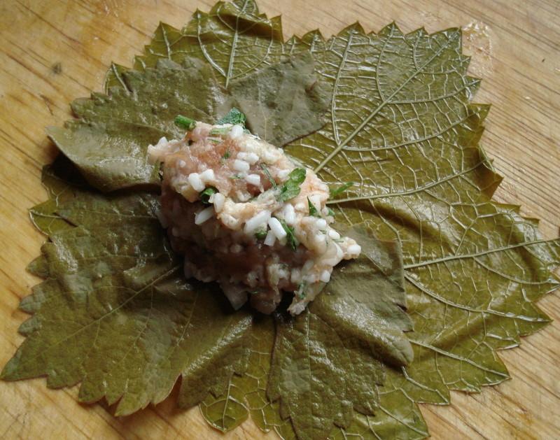 Приготовление долмы - заворачиваем начинку в виноградный лист