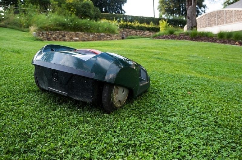 Робот-газонокосилка Хускварна для удобного ухода за газоном