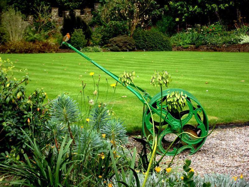 Садовый каток для выравнивания газона