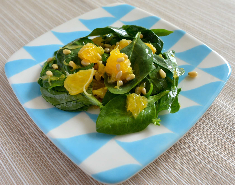 Салат из сельдерея и шпината со свежими овощами