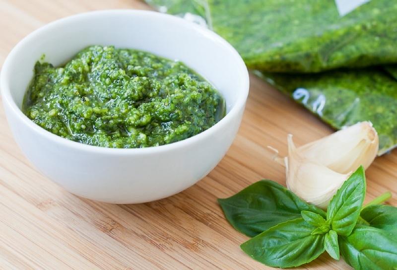 Из базилика с чесноком получается изумительный зеленый соус
