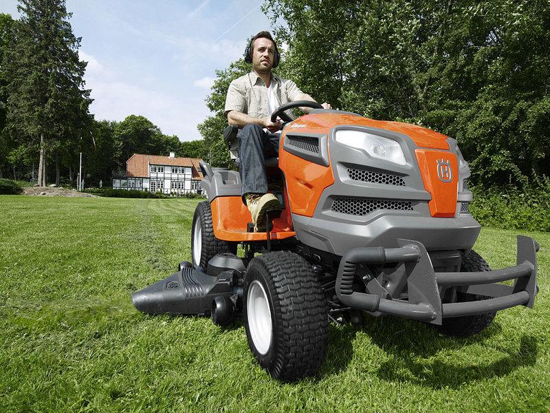 Стрижка газона садовым трактором
