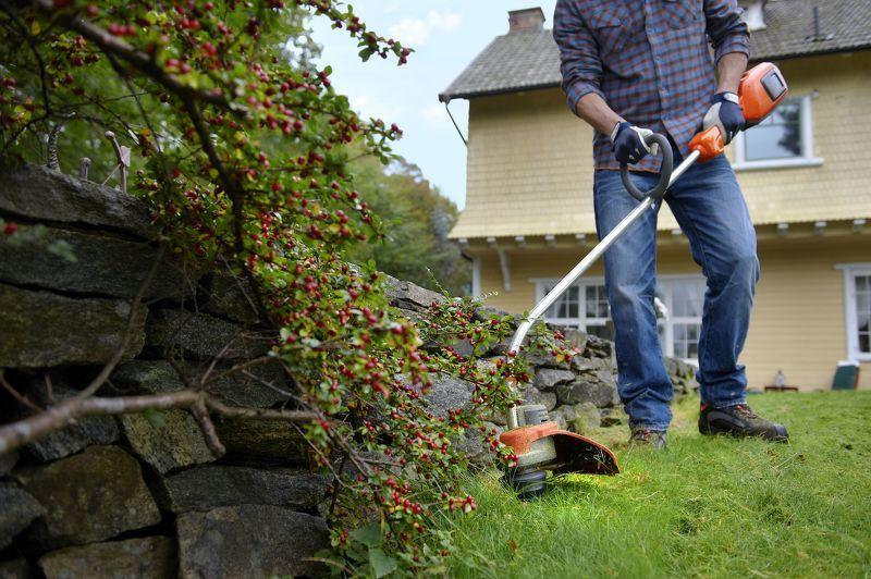Стрижка газона садовым триммером