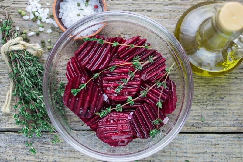 Сырая свекла лучше усвоится, если салат заправить растительным маслом