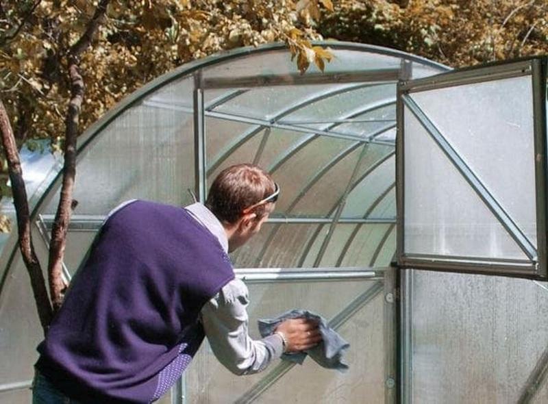 Теплицу из поликарбоната обтирают нецарапающими материалами внутри и снаружи