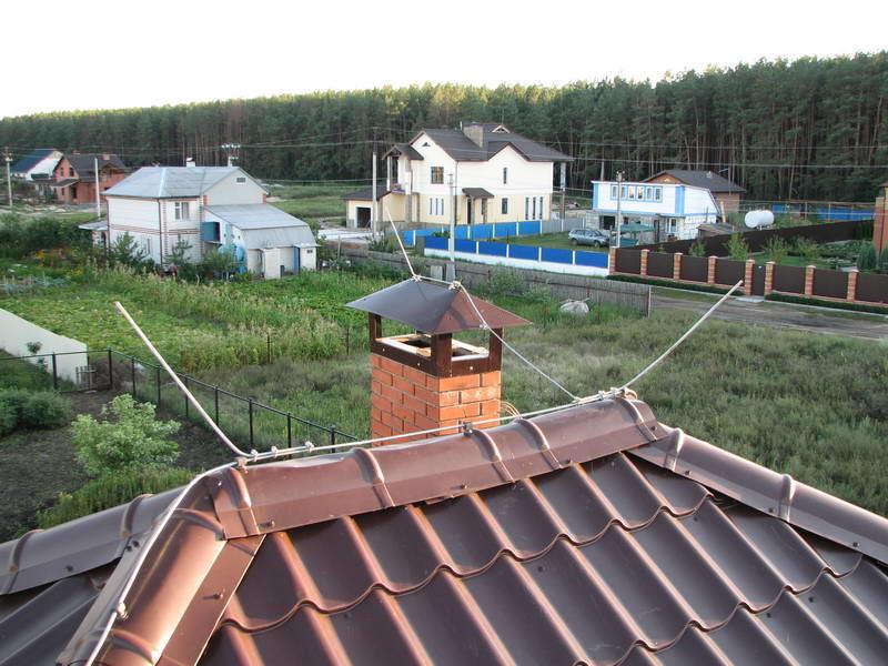 Тросовый молниеприемник на крыше частного дома