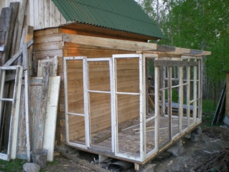 Строим веранду для дачи из старых окон - фото