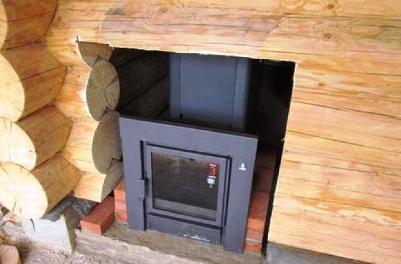 Врезка в деревянную стену и установка печи в бане с выносной топкой