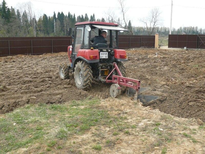 Вспашка целины трактором