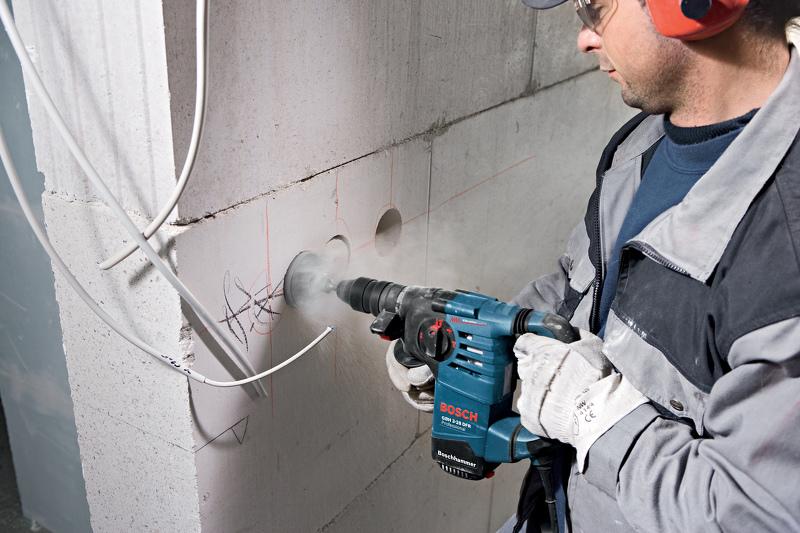 Высверливание отверстия под розетку в бетонной стене
