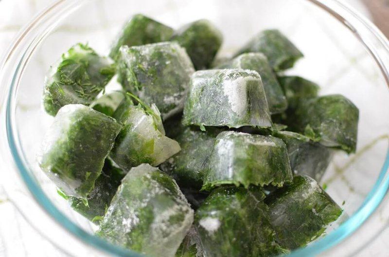 Замороженный настой из петрушки полезен для кожи