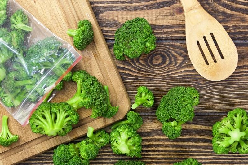 Удобнее всего замораживать брокколи в порционных пакетах