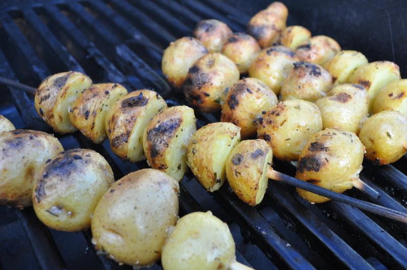Запечённый на углях молодой картофель сохраняет все свои полезные качества